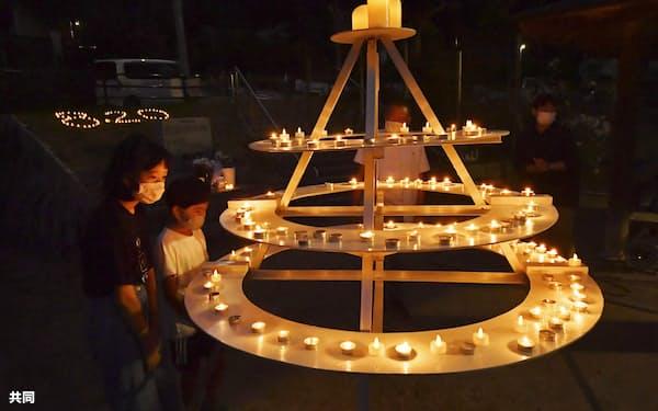 広島土砂災害から7年を迎え、広島市安佐南区の公園に並べられた追悼のろうそく(20日夕)=共同