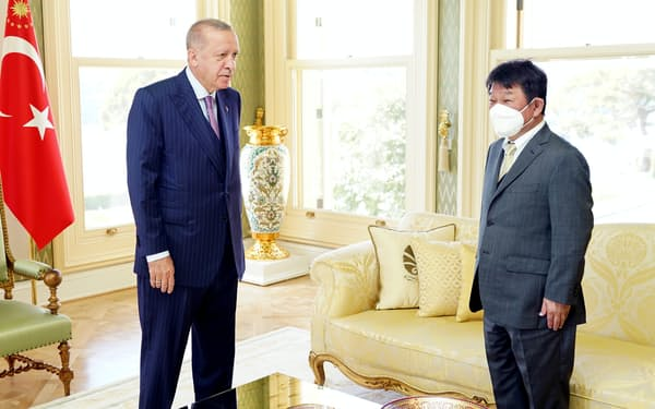 トルコのエルドアン大統領(左)と会談する茂木外相=外務省提供