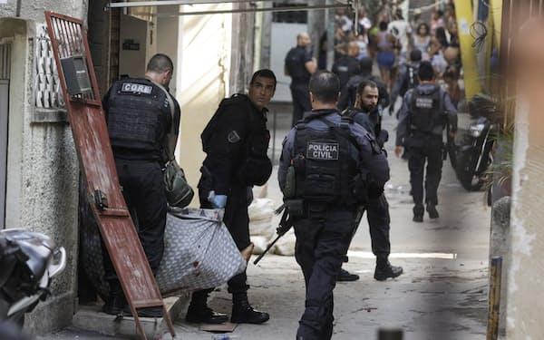 貧困街で捜査活動を行う警察(5月、リオデジャネイロ)=ロイター