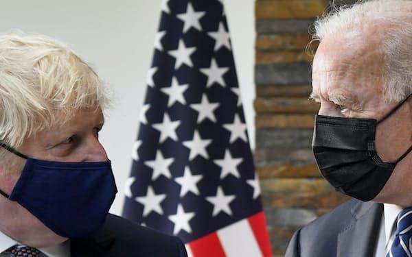 ジョンソン首相(左)率いる英国とバイデン大統領の米国は20日、ともにロシアへの追加の制裁を発表した(写真は21年6月、英南西部コーンウォール)=AP