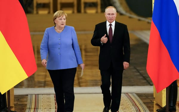 20日、モスクワのクレムリンで記者会見に臨むメルケル独首相㊧とプーチン・ロシア大統領=ロイター