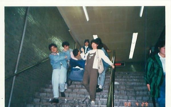 1988年当時、大阪市営地下鉄でエレベーターを備えている駅はまだ少なく、車いすで利用するのは大変だった=尾上氏提供