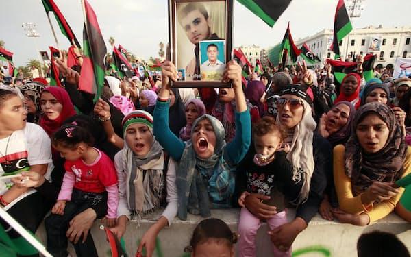 42年に及んだカダフィ独裁体制からの解放を祝うリビア市民(2011年、トリポリ)=ロイター