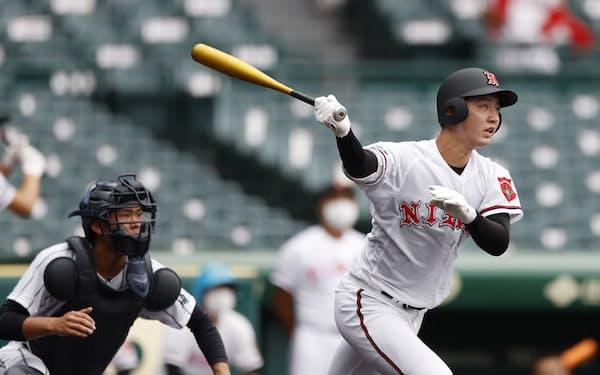 浦和学院―日大山形 3回裏日大山形無死二塁、佐藤が右越えに適時二塁打を放つ。捕手吉田瑞(21日、甲子園)=共同