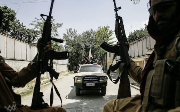 カブール市内をパトロールするタリバンの戦闘員(19日)=AP