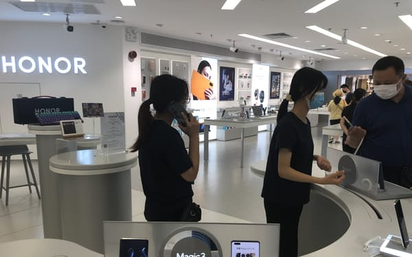 オナーは新しい旗艦スマホ「Magic3」で高価格帯の需要を狙う(20日、広東省広州市の販売店)