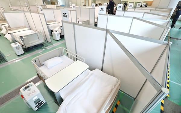 酸素濃縮装置が備えられたベッドが並ぶ(21日午後、東京都渋谷区)