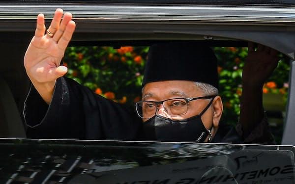 宣誓式に向かう車の中から手を振るイスマイルサブリ氏(21日、クアラルンプール)=マレーシア政府提供・ロイター