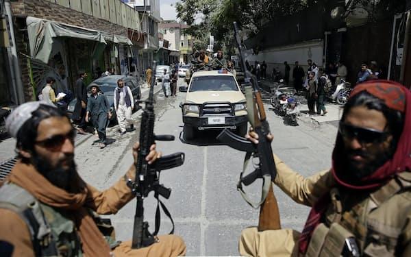 タリバンの行政能力には疑問符がつく(19日、首都カブールを巡回する戦闘員)=AP