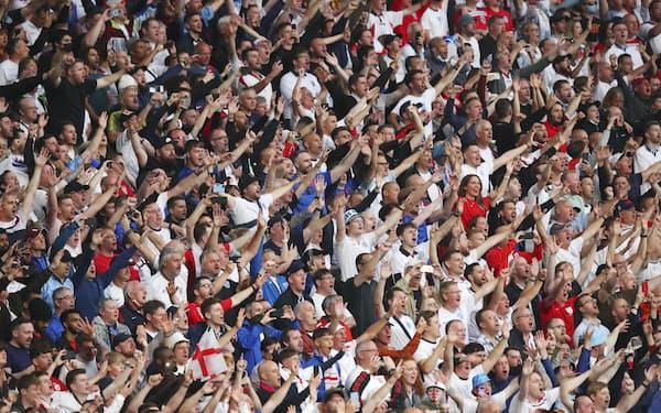7月、サッカー欧州選手権の決勝で試合を観戦するファンたち(ロンドン)=ゲッティ共同