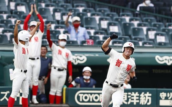 智弁学園―横浜 6回裏、2ランを放ち、ガッツポーズで一塁を回る智弁学園・前川(21日、甲子園)=共同