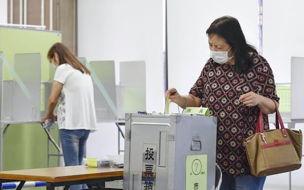 横浜市長選の投票をする有権者=22日午前、横浜市