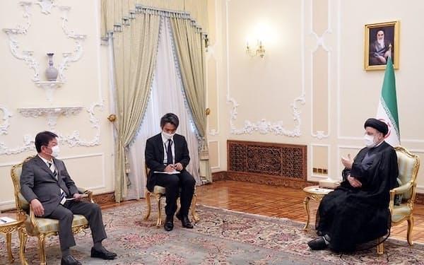 イランのライシ大統領(右)と会談する茂木外相=外務省提供