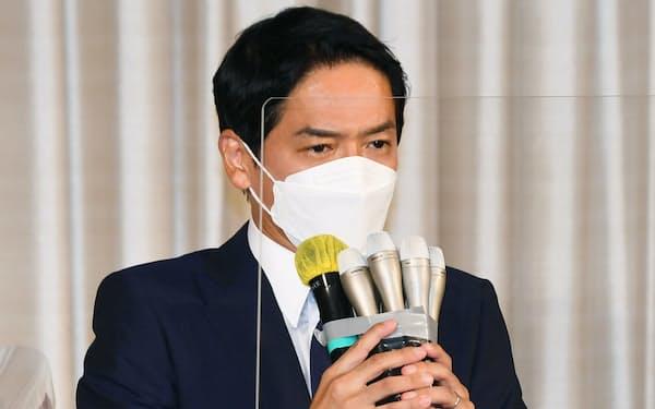 当選を確実にし、あいさつする山中竹春氏(22日夜、横浜市)