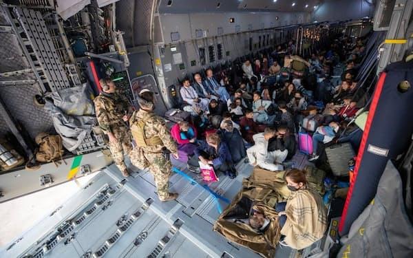 アフガニスタンからの出国作業を進めるドイツ軍兵士ら(ドイツ国防省のツイッターから、共同)
