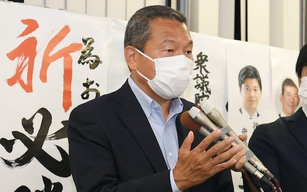 落選が決まり、記者の質問に答える小此木八郎氏(22日夜、横浜市)