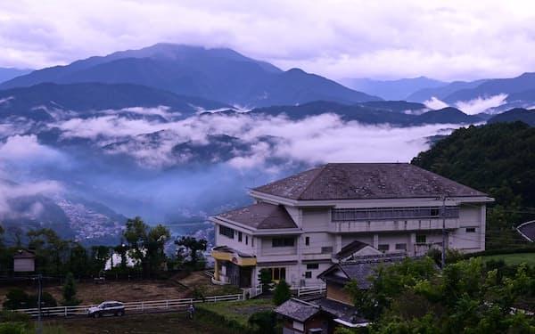 廃校を再生した研修施設「ウマバ・スクールコテージ」も活用する(徳島県三好市)