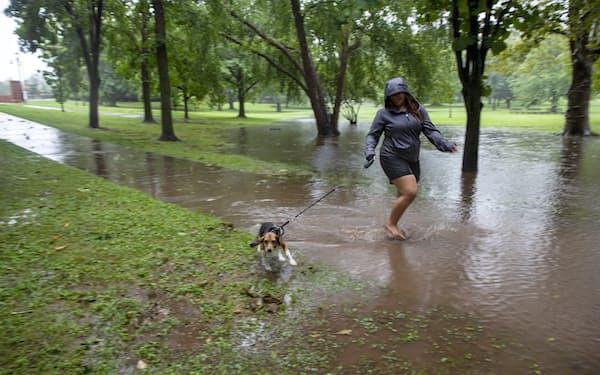 熱帯暴風雨「アンリ」が米東部ロードアイランド州に上陸した=AP