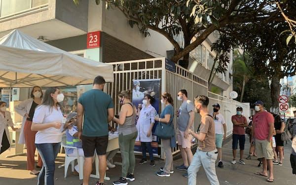 米ファイザー製ワクチンの入荷情報を受け、接種会場の前で列を作る市民ら(22日、サンパウロ)