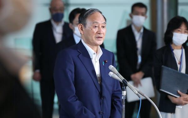 横浜市長選の結果について報道陣の質問に答える菅首相(23日午前、首相官邸)
