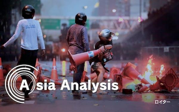 タイの反体制デモは一部の若者が暴徒化し、警察と衝突を繰り返す(10日、バンコク)=ロイター