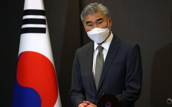 23日、記者の質問に答える米国のソン・キム北朝鮮担当特使=ロイター