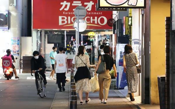 福岡・大名の繁華街では夜遅くまで人通りが途絶えることはなかった(20日、福岡市中央区)