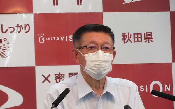 秋田県庁で23日、定例記者会見する佐竹知事