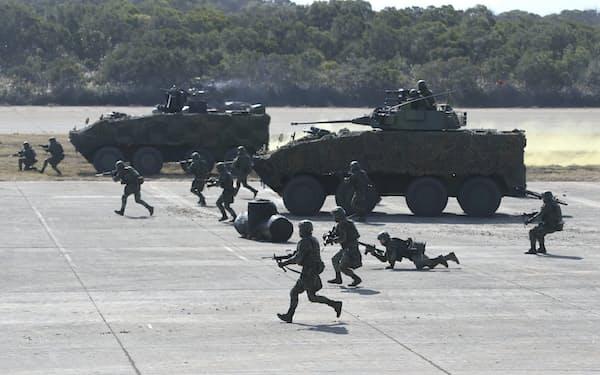 軍事演習に参加する台湾軍兵士(21年1月、台湾北部)=AP