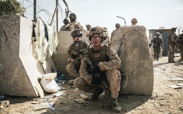 カブールの空港で任務に就いている米海兵隊員(8月21日)=米海兵隊提供・AP