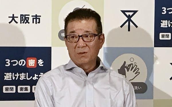 市役所内で記者団の取材に応じる松井市長(23日、大阪市中央区)