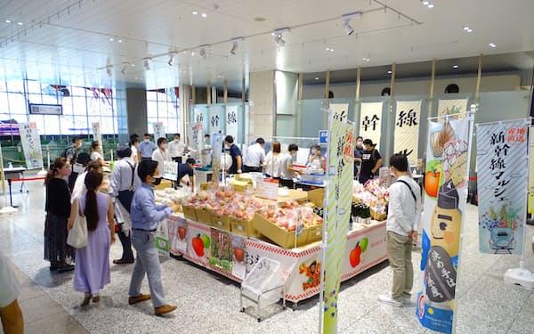 輸送した果物などはJR大宮駅で販売した(23日)