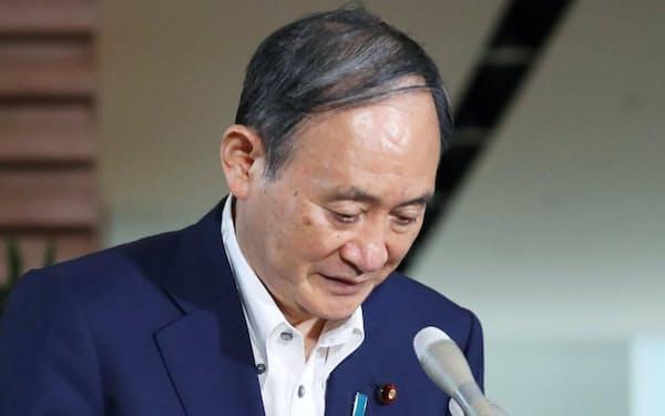 横浜市長選の結果を受け、報道陣のインタビューに臨む菅首相(23日午前、首相官邸)