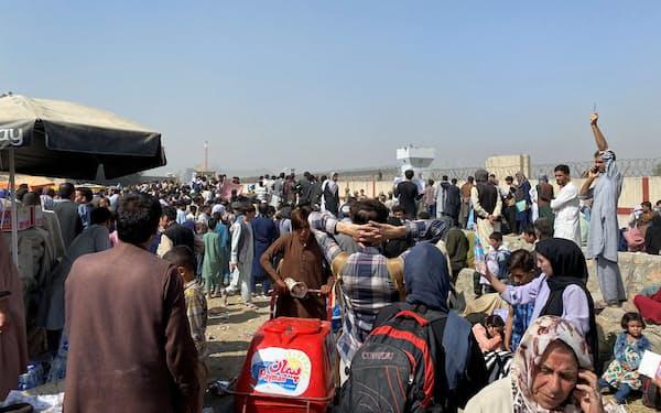アフガニスタンの首都カブールの空港には、国外脱出を望む市民が殺到し混乱が続いている(23日)=ロイター