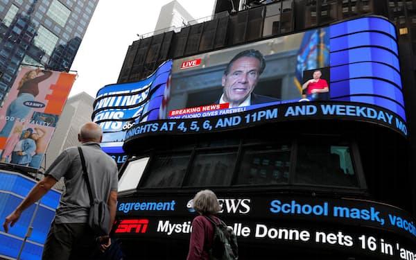 クオモ・ニューヨーク州知事の退任演説はライブ中継された(タイムズ・スクエア)=ロイター