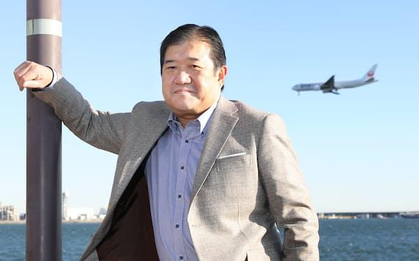 やすなが・たつお 1960年愛媛県生まれ。83年東京大学工学部卒業後、三井物産に入社。産業用プラント畑が長く、米国や中東など海外経験が豊富。プロジェクト業務部長、経営企画部長、機械・輸送システム本部長を経て、2015年に社長就任。「役員32人抜き」で歴代最年少社長に抜てきされ、異例の人事として話題となった。4月から現職。