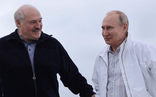 5月、黒海でプーチン・ロシア大統領(右)と船に乗るルカシェンコ・ベラルーシ大統領=ロイター