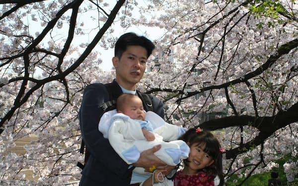 東大の駒場キャンパスの桜並木の下で、娘・息子と(2005年)