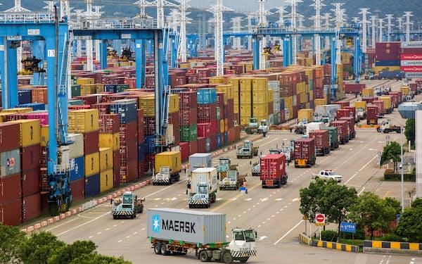世界第3位の輸送量を誇る中国の寧波舟山港は、今月、新型コロナの影響で一部閉鎖された=ロイター