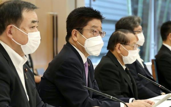 処理水の海洋放出に伴う風評被害対策を検討する関係閣僚会議で発言する加藤官房長官(左から2人目)=24日午前、首相官邸