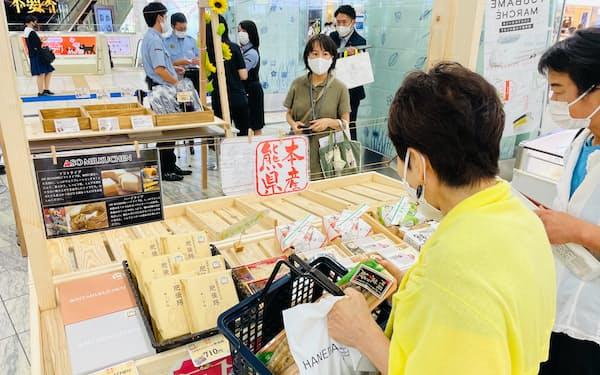 熊本から九州新幹線で運ばれた弁当などがJR博多駅に並んだ(24日、福岡市)