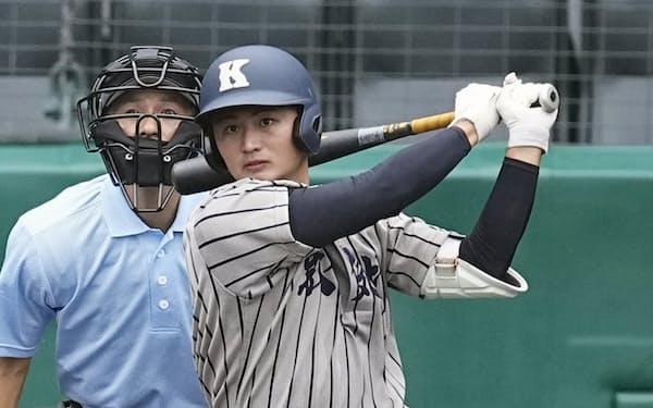 三重―敦賀気比 2回裏敦賀気比2死一塁、小西が中越えに適時二塁打を放つ(24日、甲子園)=共同