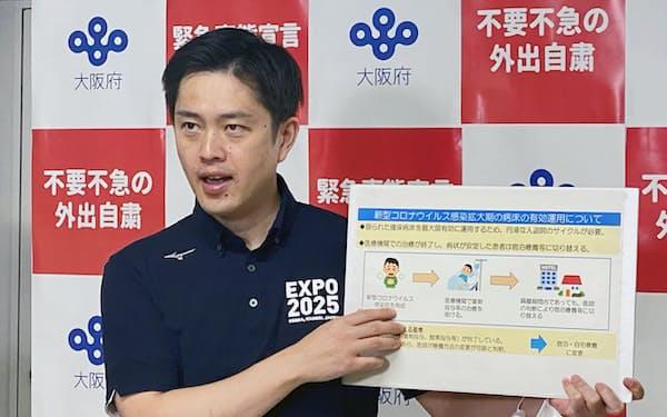 記者団の取材に応じる吉村知事(24日、大阪府庁)