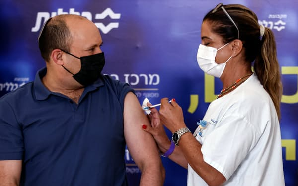 ベネット首相は20日、3回目のワクチン接種を受け、国民に追加接種を促した=ロイター