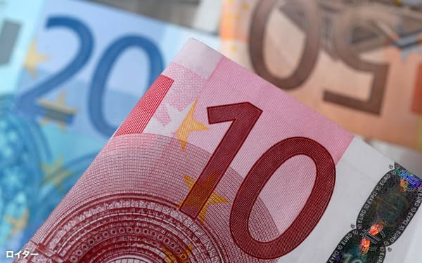 FILE PHOTO: A picture illustration of euro banknotes, April 25, 2014.    REUTERS/Dado Ruvic/File Photo