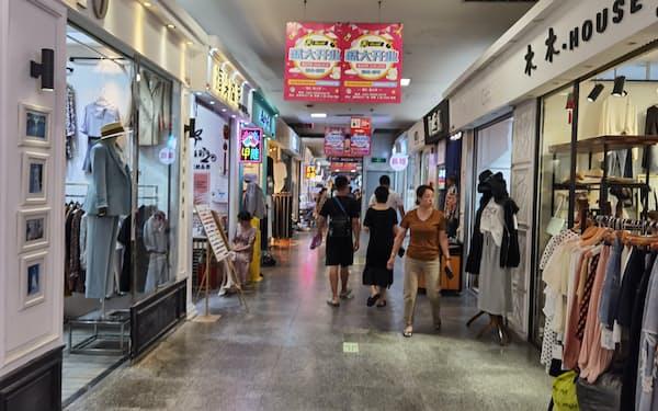 「勝利文化広場」の地下1階は店舗数が多く比較的にぎわっている(8月24日、遼寧省大連市)