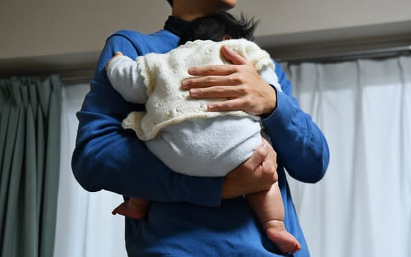 厚生労働省は仕事と育児を両立しやすい環境を整備する
