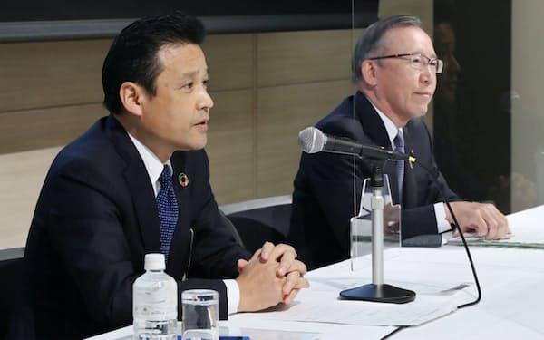 記者会見するりそなホールディングスの南社長(左)と京葉銀行の熊谷頭取(24日、東京都中央区)
