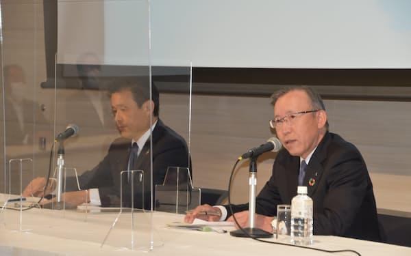 「デジタル分野を中心に双方の情報やノウハウを活用する」と話す京葉銀行の熊谷頭取㊨(24日午後、都内)