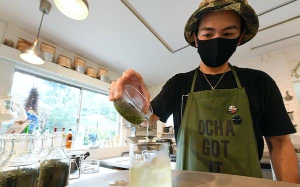 苦渋味が少なく、うま味が増す水出しの緑茶で、ペットボトルのお茶しか知らないZ世代に、新しいお茶の味わい方を提案(東京都渋谷区の「SAKUU  茶空」)